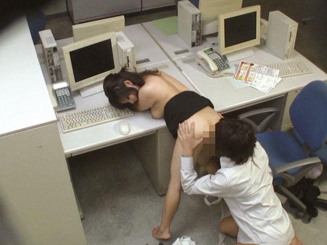 会社内でエッチなことをしているOL女子社員のエロ画像 85