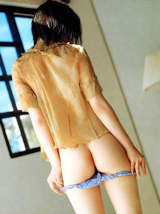 下着を脱ぎかけた半ケツお尻の美尻画像 86