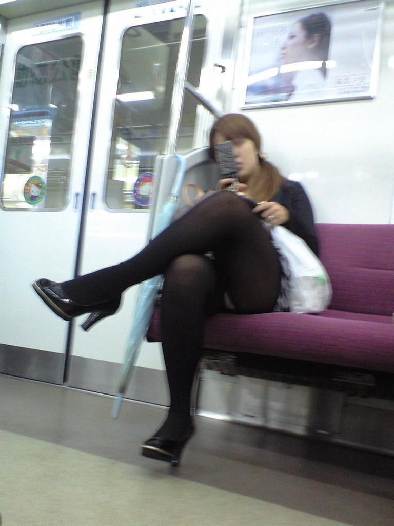 電車内 対面パンチラ 画像 2