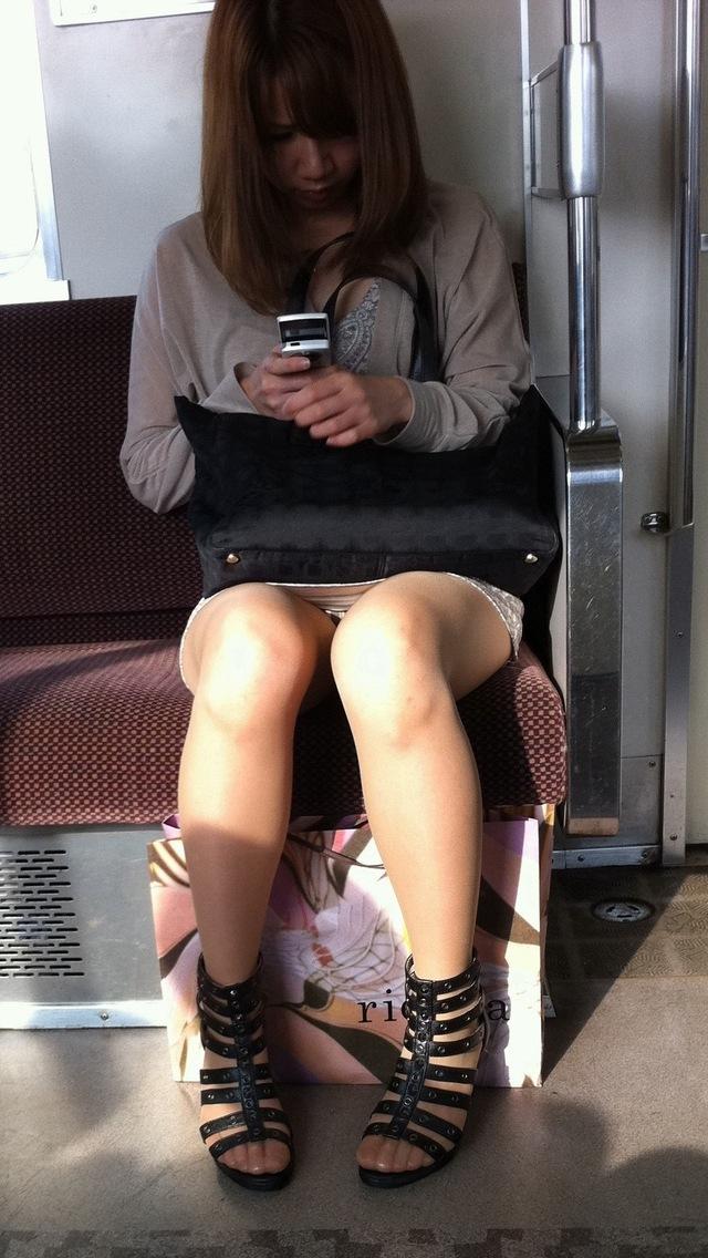 電車内 対面パンチラ 画像 5