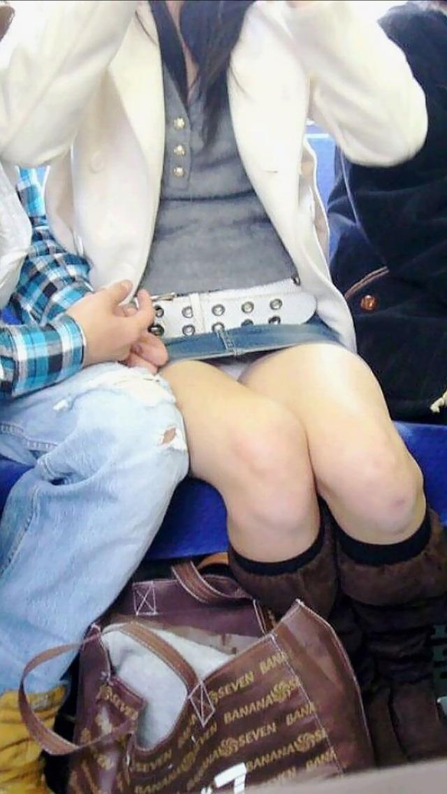 電車内 対面パンチラ 画像 10