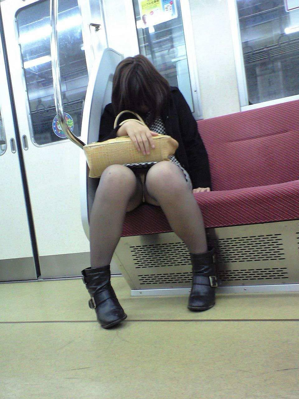 電車内 対面パンチラ 画像 21