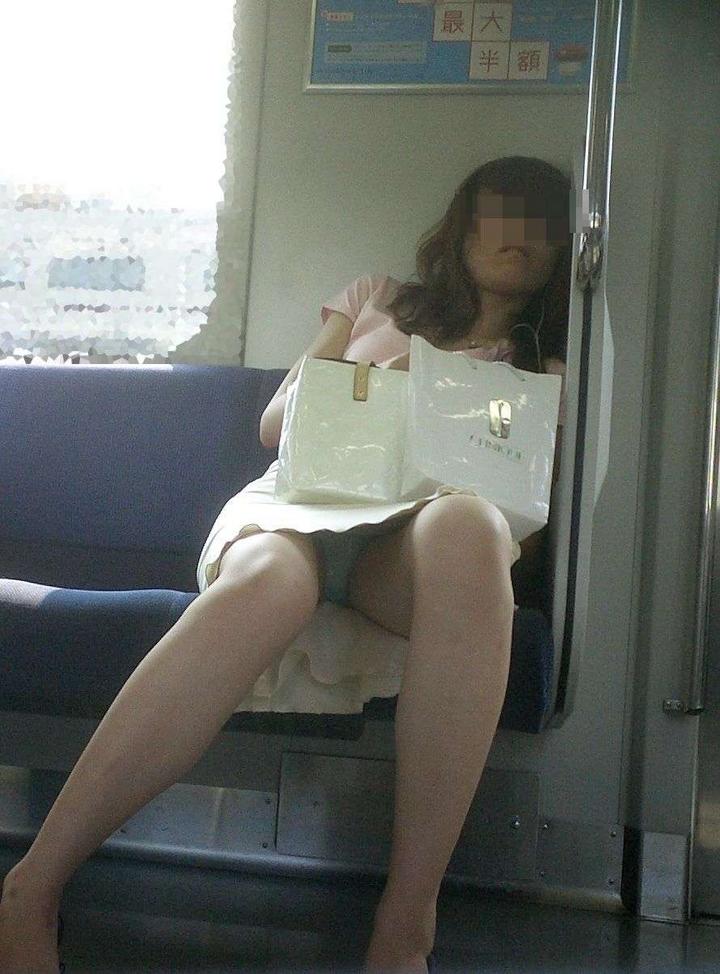 電車内 対面パンチラ 画像 26