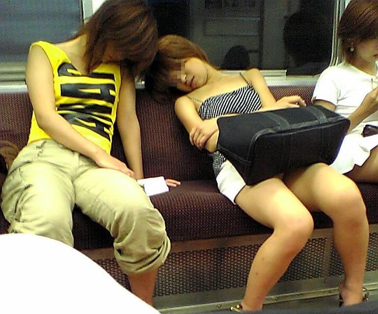電車内 対面パンチラ 画像 40