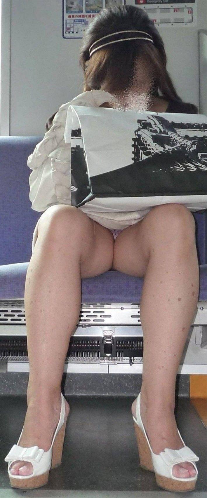 電車内 対面パンチラ 画像 45