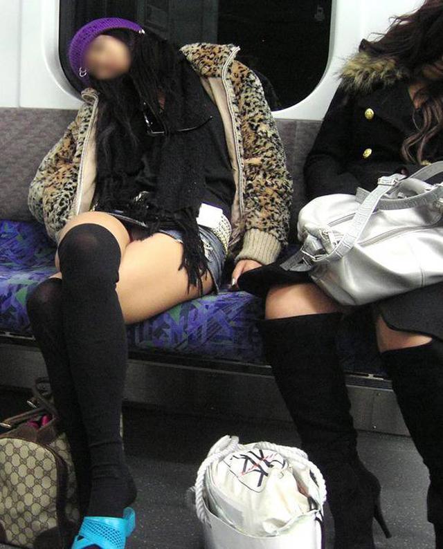 電車内 対面パンチラ 画像 49