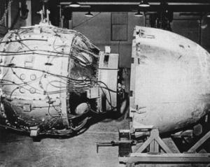 Fat_Man_Assembly_Tinian_1945.jpg