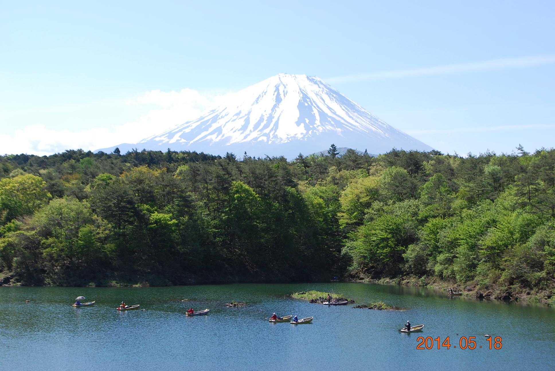 精進湖越しの富士山