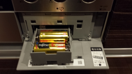 パロマ新型ビルトイン「crea(クレア)」PD-900WV-60GV操作盤を戻すと電池パックが出てきます。