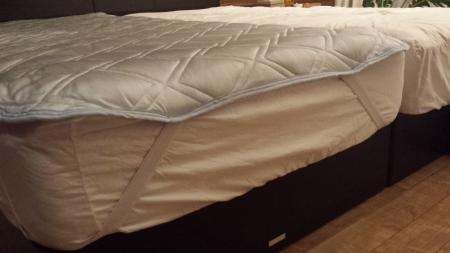 ひんやり敷マットのゴムをベッドの角に付けます。