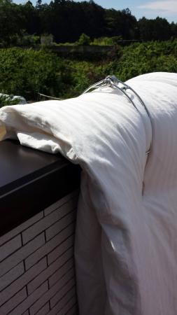 しっかり掴んで風も平気 ステンレスで錆びにくい布団バサミ