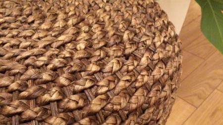 アジアン家具の代表する天然の素材ウォーターヒヤシンス(水草)で編んでます。とてもしっかり丈夫です