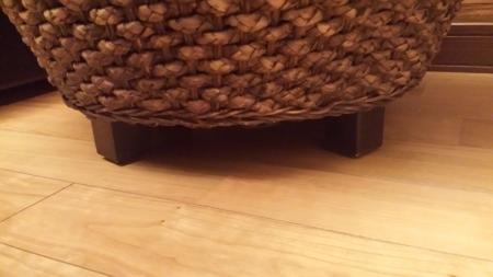 テーブルの足はダークブラウンでシックにまとまっています。