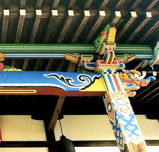 大修理により美しく彩色された柱・梁