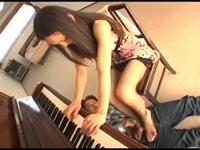 ピアノ演奏中の人妻の美脚コキ!