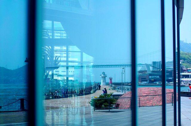 ガラスに映る関門橋