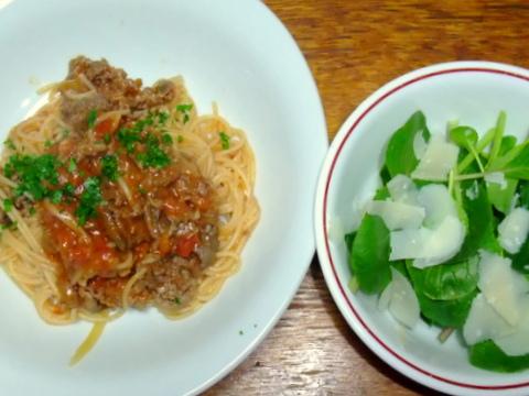 牛肉のトマトソーススパゲティと小松菜のサラダ