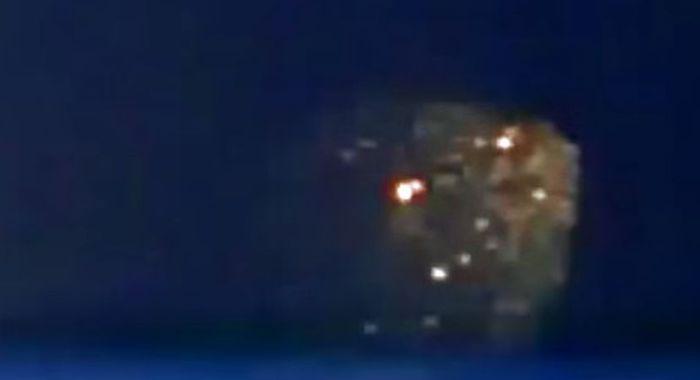 【カナダ】 雷でUFOのステルス・カモフラージュシステムが故障し、姿が現る? ※動画あり