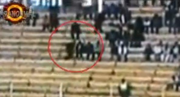 【心霊動画】 奇妙な黒い人影がサッカー試合の観客席を走り抜ける