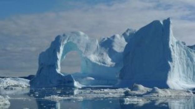 「グリーンランドは本当にグリーン(緑)だった」氷床下に氷河期前の地形を発見