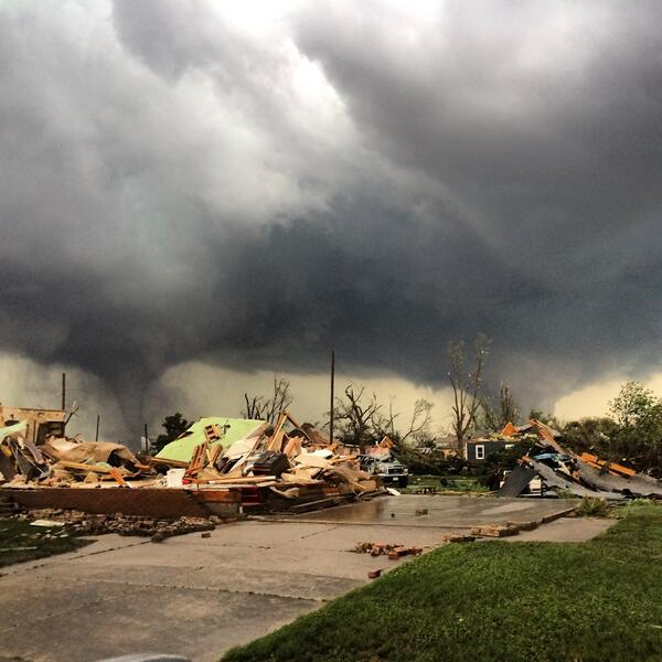 【アメリカ】 二つの巨大竜巻が同時発生 「町の半分以上が消えた」