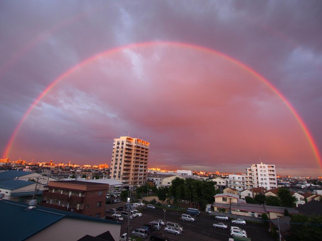東京上空にまるで結界でも張っているような赤い虹が出現