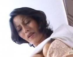 帝王切開の傷跡がある熟女が手マンでイカされる動画