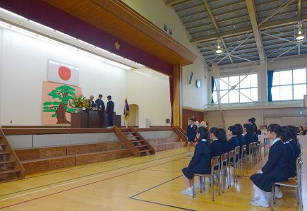 素晴らしい卒業式、濱田校長から卒業証書が