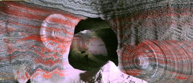 【絶景】7色に輝く洞窟